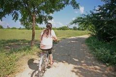 Jeździć na rowerze Bagan świątyniami Obraz Royalty Free