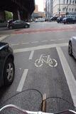 Jeździć na rowerze między samochodami w Hamburg, Niemcy Obraz Royalty Free