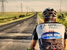 Jeździć na rowerze niekończący się drogę przez wiatraczków zdjęcia stock