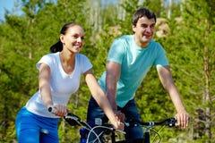 Jeździć na rowerze para obraz royalty free