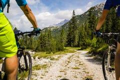 Jeździć na rowerze pary z rowerami na śladzie, Cortina d ` Ampezzo, dolomity obrazy stock