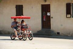Jeździć na rowerze przez ulic obraz stock