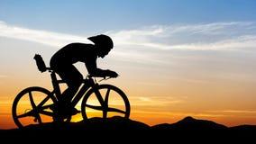 Jeździć na rowerze przy czarną górą na zmierzchu Zdjęcia Royalty Free