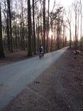 Jeździć na rowerze till noc zdjęcia stock
