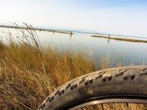 Jeździć na rowerze w słonecznym dniu w lagunie Wenecja zamazywał przedpole obrazy royalty free