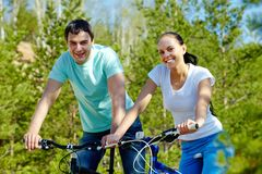 Jeździć na rowerze wpólnie zdjęcie royalty free