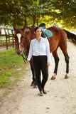 Jeździec outdoors i koń obrazy royalty free