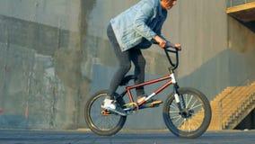 Jeździec skacze na BMX rowerze, zwolnione tempo zdjęcie wideo