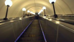 Jeździecki eskalator w metrze defocused zbiory