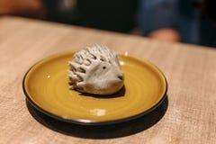 Jeżatki czarnej fasoli kształtny bao Słuzyć w żółtym ceramicznym talerzu zdjęcie royalty free