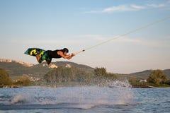 Jeździec wakeboarding w kablowym kilwateru parku Merkur Zdjęcia Stock