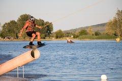 Jeździec wakeboarding w kablowym kilwateru parku Merkur Zdjęcie Stock