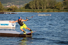 Jeździec wakeboarding w kablowym kilwateru parku Merkur Fotografia Stock