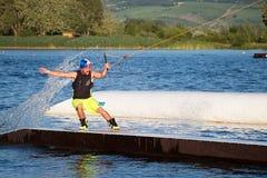 Jeździec wakeboarding w kablowym kilwateru parku Merkur Fotografia Royalty Free