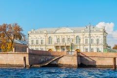 Jeździecka sala kadetów korpusy przy Uniwersyteckim bulwarem blisko Neva rzeki w St Petersburg, Rosja Obrazy Royalty Free