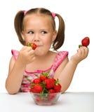 je dziewczyn truskawki szczęśliwe małe Fotografia Royalty Free