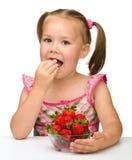 je dziewczyn truskawki szczęśliwe małe Obraz Royalty Free
