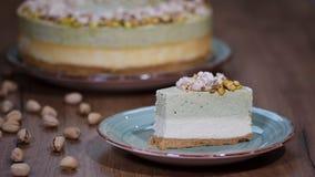 Je kawałek cheesecake z pistacjowym mousse zbiory wideo