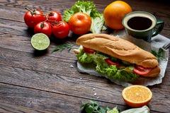 Je lunch kanapkę z serem i warzywami słuzyć z cytrusem i kawą, selekcyjna ostrość, zakończenie, odgórny widok Fotografia Stock