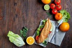 Je lunch kanapkę z serem i warzywami słuzyć z cytrusem i kawą, selekcyjna ostrość, zakończenie, odgórny widok Obrazy Stock