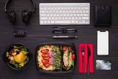 Je lunch posiłki, nowożytnych przyrząda i kartę kredytową na zmroku stole, zdjęcia royalty free
