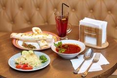 Je lunch set z shaurma, czerwoną polewką i sałatką słuzyć jedzenie, zdjęcie royalty free