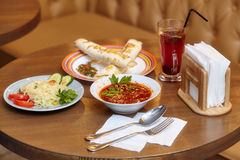 Je lunch set z shaurma, czerwoną polewką i sałatką słuzyć jedzenie, obraz stock
