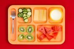 Je lunch tacę z rozwidleniem, owoc, serem i mlekiem, Obrazy Stock