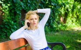 Je m'inquiétais de vous Smartphone moderne de fille appelle le téléphone portable d'ami Vert tendu blond de smartphone d'entretie Image stock