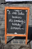 Je mange le menu de gâteau me connecte le trottoir Photos stock