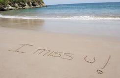 Je manque u écrit en sable dans la scène tropicale de plage Image libre de droits