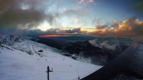 Jeûnent les nuages fonctionnants au-dessus de bas Tatras avec le coucher du soleil magique Montagne de Chopok 2024 mètres banque de vidéos