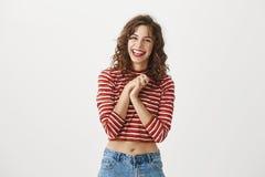 Je souhaite que mon ami soit comme vous Portrait de jeune étudiante attirante dans l'équipement élégant, riant et Photo libre de droits