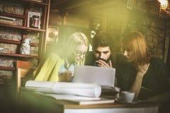 Je suis choqué Trois amis au café Image stock