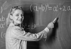 Je suis heureux professeur sur la le?on d'?cole au tableau noir Femme dans la salle de classe ?tude et ?ducation ?cole moderne La image libre de droits