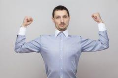 Je suis intense Portrait d'homme d'affaires bel fier sérieux de poil dans la position bleue classique de chemise et de regarder l photos libres de droits