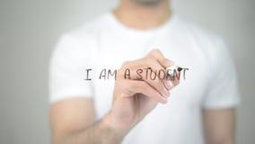 Je suis un étudiant, écriture d'homme sur l'écran transparent photo libre de droits
