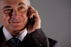 Je suis un directeur expert avec mon téléphone portable Image libre de droits