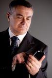 Je suis un directeur expert avec mon téléphone portable Images stock