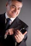 Je suis un directeur expert avec mon téléphone portable Photo stock