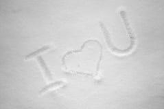 Je t'aime écrit à la main dans la neige fraîche au jour ensoleillé Photographie stock libre de droits