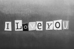Je t'aime écrit avec des coupures de lettre de magazine de couleur sur le fond en métal Concevez pour des relations, romance, amo Photos libres de droits