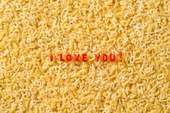 Je t'aime ! écrit avec des pâtes d'alphabet Images libres de droits