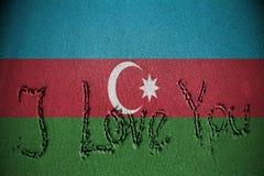 Je t'aime écrit sur le sable avec mélanger le drapeau de l'Azerbaïdjan Images stock