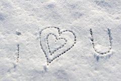 Je t'aime avec l'écriture de signe de coeur sur la neige Photo stock