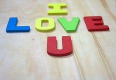 Je t'aime avec l'alphabet en bois sur les rs en boisde backgroundImage libre de droits