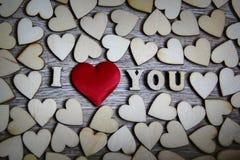 Je t'aime coeur de forme et lettres en bois, thème d'amour Images stock