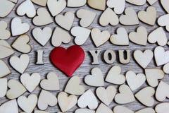 Je t'aime coeur de forme et lettres en bois, thème d'amour Images libres de droits