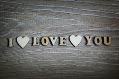 Je t'aime coeur de forme et lettres en bois, thème d'amour Photographie stock libre de droits