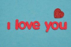 Je t'aime dans les lettres rouges avec un coeur rouge Photos libres de droits